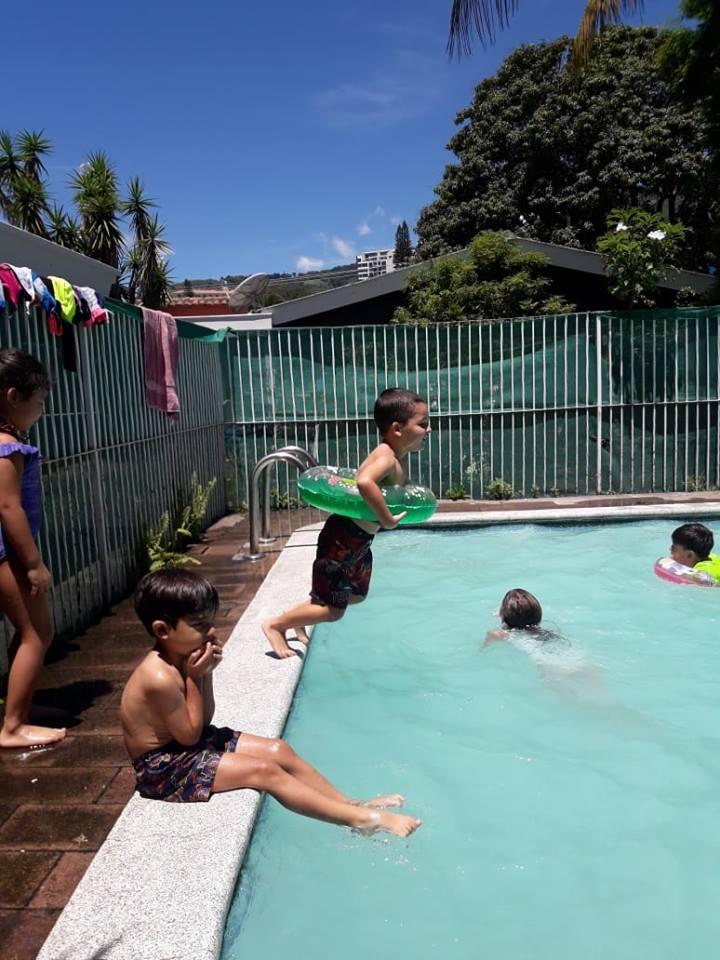 Javi saltando piscina